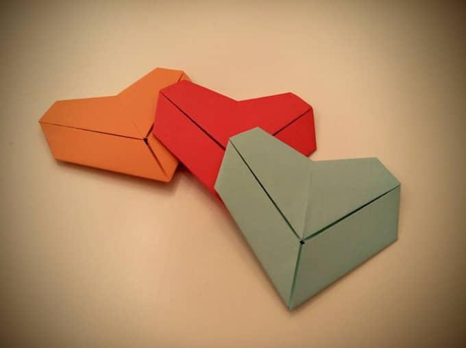 Ulrik ägnar sig åt origami. Vilket ledde till idén att vika hjärtan att skicka ut till människor över hela landet.