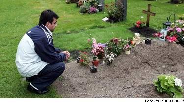 Claudio Olea, 34, besöker sin dotters grav två gånger om dagen. I våras gick hon iväg med två kompisar för att sniffa tändargas. Kathrin fick svåra hjärnskador och avled senare.