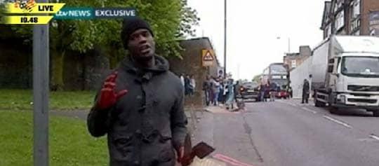 Mördaren börjar prata med vittnen efter att han och ytterligare en man mördat en soldat på en gata i London.