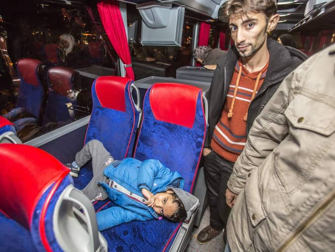 Azad Arani och 6-åriga Irak Ziad har färdats 24 timmar med buss från Ljungbyhed. Utmattade. Hungriga. Trötta. Foto: Svanthe Harström