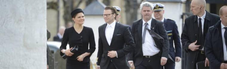 Daniel och Victoria på väg in i kyrkan i Båstad.
