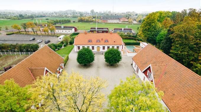 Med villan kommer annex med festlokal, två lägenheter och fullt utrustat stall. Foto: Skandiamäklarna