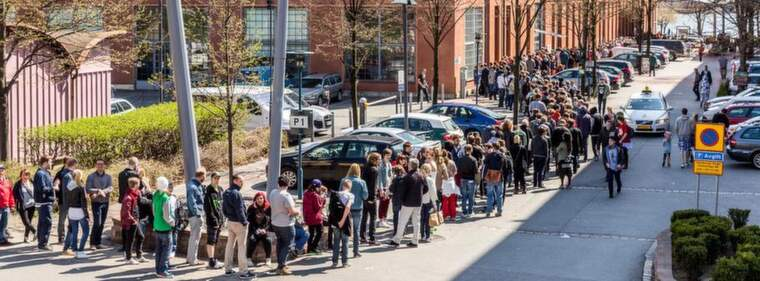 REKORDKÖER. Många vill in till Retrospelsmässan på Eriksbergshallen på lördagen. Foto: Bjorn Johansson