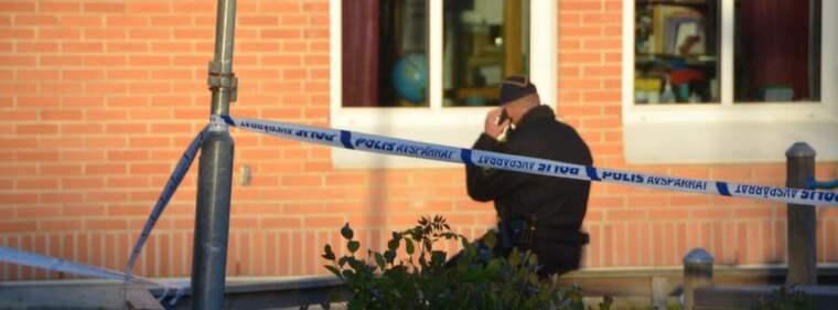 Polisen på plats vid skolan i Stora Höga. Foto: Mikael Berglund