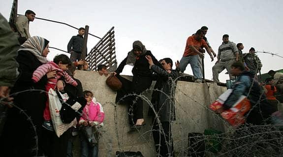 EN STRID STRÖM av palestinier från den tidigare helt isolerade Gazaremsan väller in över gränsen till Egypten för att skaffa sig de allra nödvändigaste förnödenheterna. Mellanösternexperten Eli Göndör anser att Egypten har såväl ett historiskt som ett moraliskt ansvar att hålla gränsen öppen. Foto: GETTY IMAGES