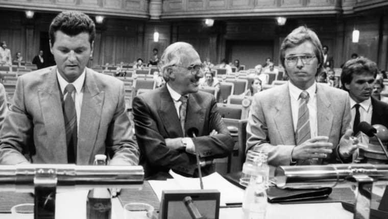 1988. Säpomännen Walter Kegö, till vänster, och Jan-Henrik Barrling. Här är deras öppna brev. Foto: Jan Collsiöö / Tt /