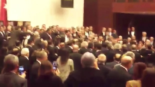 Möte på sandlådenivå: Vilt slagsmål i Turkiets parlament
