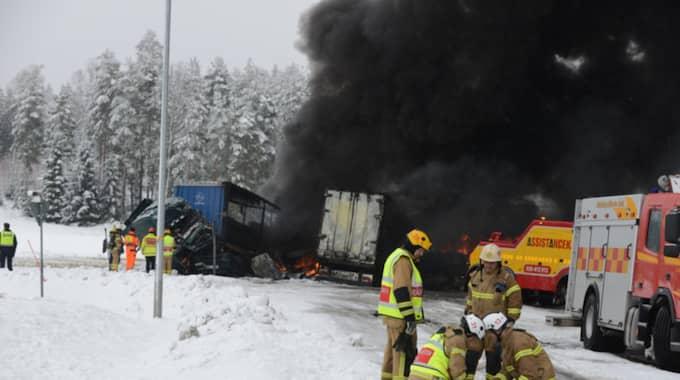 Två lastbilar började brinna efter att ha kolliderat på E45. Foto: David Hårseth