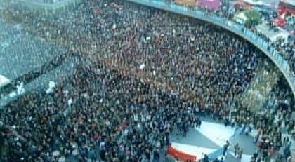 Tiotusentals personer har samlats på Sergels torg för att demonstrera mot att SD har kommit in i riksdagen. Foto: Anna-Lena Mattsson