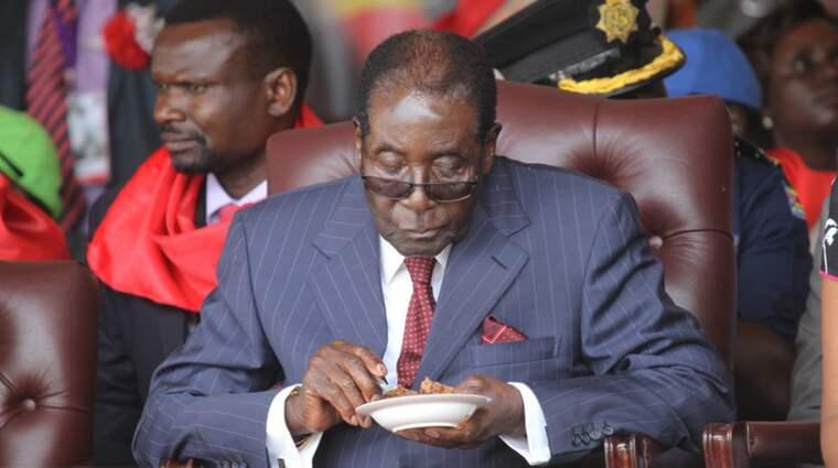 Det var på lördagen Zimbabwes president Robert Mugabe blåste ut ljusen på den jättelika tårtan som toppades med en bild på presidenten. Foto: AP/Tsvangirayi Mukwazhi