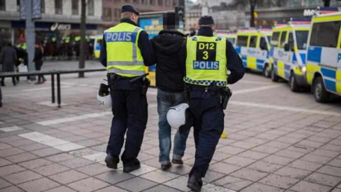 En man förs bort från Norrmalmstorg. Foto: Meli Petersson Ellafi