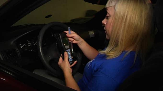 Anna Bäsén analyserade topsstickorna – med hjälp av en så kallad ATP-mätare – i sin bil som stod parkerad i sjukhusets garage. Foto: Erik Gustafson