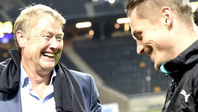 Åge Hareide firar tillsammans med Markus Rosenberg. Foto: Johanna Lundberg