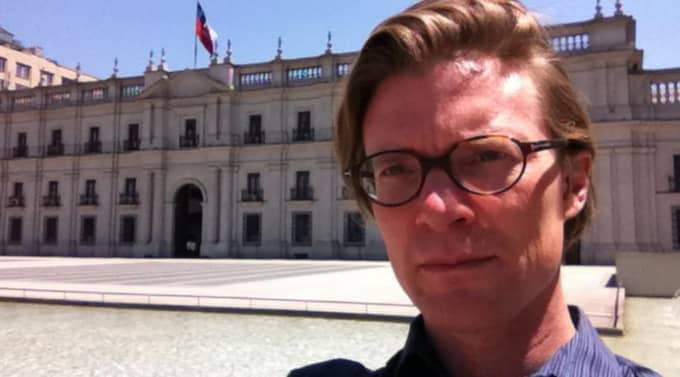 Johan Norberg utanför presidentpalatset i Santiago. Foto: Johan Norberg
