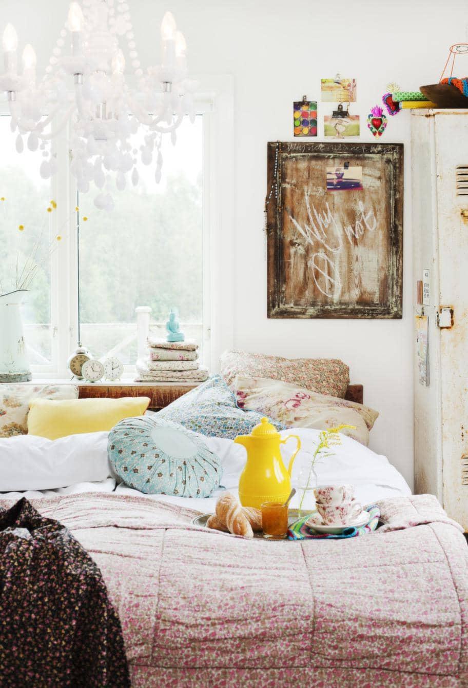 Charmigt sovrum med mixade mönster Leva& bo