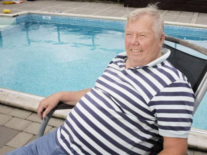 MÅNGSYSSLARE. Den förre schlagerprofilen och politikern Bert Karlsson hinner förstås med lite jobb under semestern i sommarhuset i Grebbestad. Foto: Dragan Mitrovic