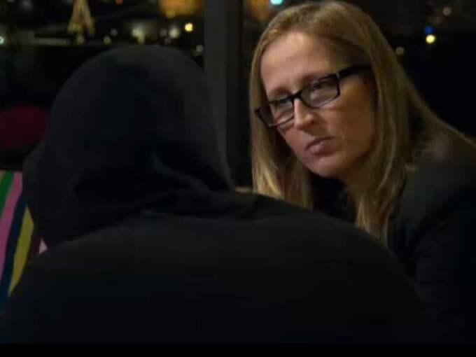 """""""Uppdrag Gransknings"""" reporter Sanna Klinghoffer intervjuade en ung svensk IS-krigare. Foto: SVT"""