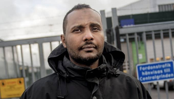 KVAR I SVERIGE. Mohaned utanför grindarna vid Landvetter flygplats där han flera gånger körts in och satts på olika flyg. Foto: Alex Ljungdahl
