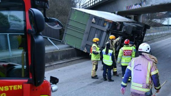 Man fastklämd när lastbil välte i Gislöv