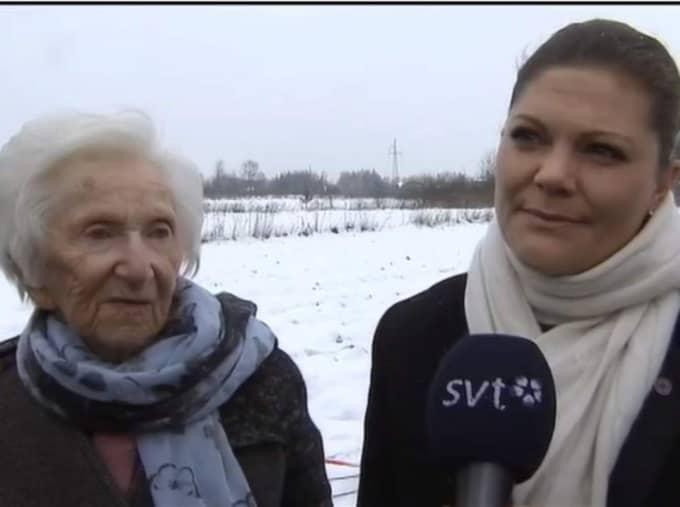 Förintelseöverlevaren Hédi Fried och kronprinsessan Victoria intervjuas av SVT:s reporter.
