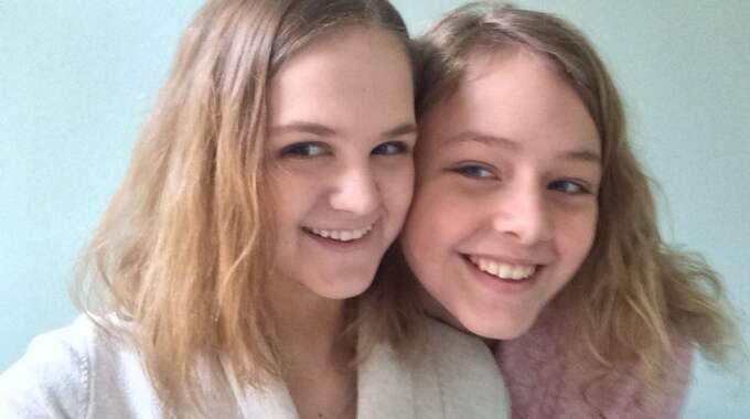 13-åringarna Linnea Nordström och Linnea Hultberg samlar nu in leksaker till cancersjuka barn i Stockholm. Foto: Privat