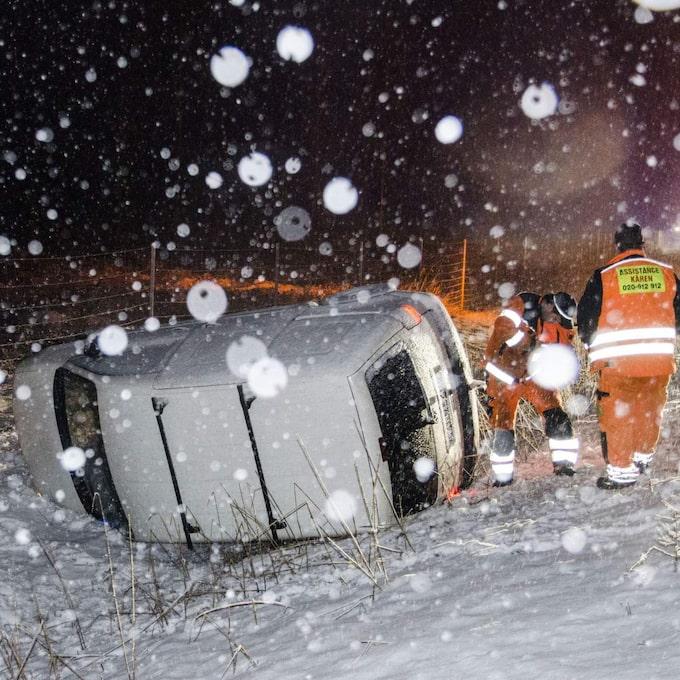 En bil fick sladd och körde i diket på E4 mellan Jönåker och Nyköping på fredagskvällen. Enligt polisen skadades ingen person.