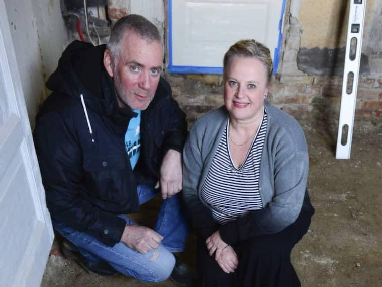 GRÄVDE UPP STENEN. Gert och Carin Nilsson i skånska Fuglie hittade en gravsten under golvet hemma i tv-rummet. Nu vill de veta mer om sina gamla grannar. Foto: Lasse Svensson