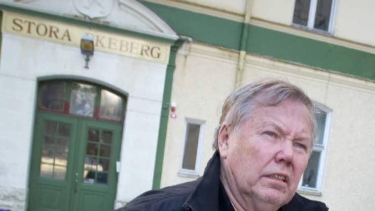 Bert Karlsson framför flyktingboendet i Skara. Bilden är tagen vid ett annat tillfälle. Foto: Johan Främst