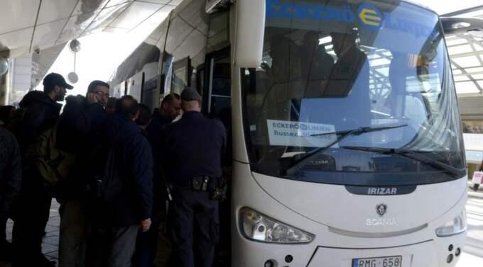 Passagerare på väg ombord på en buss som kör för Eckerölinjen på Cityterminalen i Stockholm vid lunchtid på lördagen. Foto: Bertil Ericson Enevåg / Scanpix