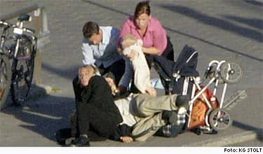 Här brottas den moderata riksdagsledamoten Per Bill ner vid Stadsgårdskajen i Stockholm i onsdags eftermiddag.