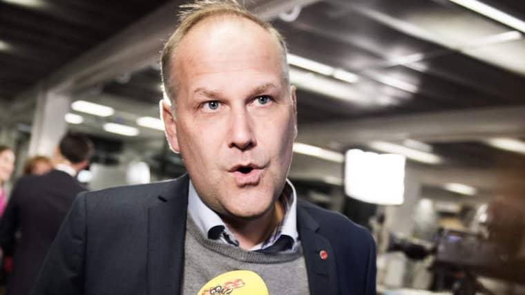 Nu varnar V-ledaren Jonas Sjöstedt för en ökad flyktingsmuggling. Samtidigt vill han att regeringen sätter större press på EU - genom ett miljardkrav. Foto: Anna-Karin Nilsson