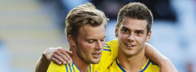 Alexander Kacaniklic kramas om av Sebastian Larsson (till vänster). Foto: Nils Petter Nilsson