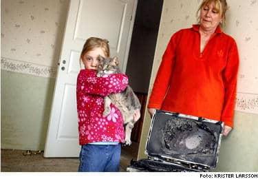 När Saga Östling, 9, surfade på Internet med sin storasyster började datorn ryka. De flydde ut medan farmor Eva Karlsson försökte släcka elden. När brandmännen kom fick de kämpa i en halvtimme för att få liv i katten Busan.