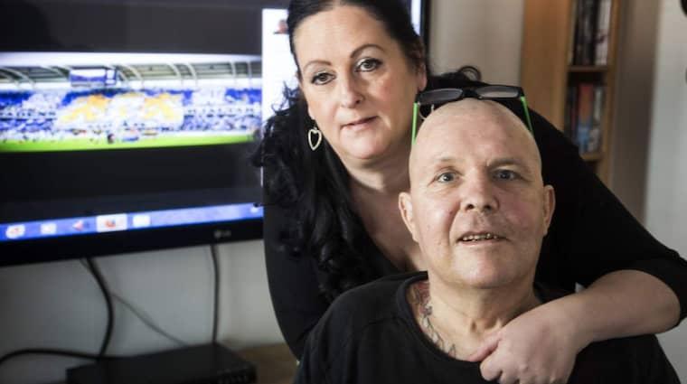 """Trots läkarmissen vägrades Mats Hansson rehabiliteringsersättning. Nu har 200 000 kronor samlats in. """"Alla vi träffar påpekar att Mats ler igen och har fått tillbaka glöden i ögonen. Han är en helt annan människa i dag"""", säger hustrun Carina Lindström. Foto: Per Wissing"""