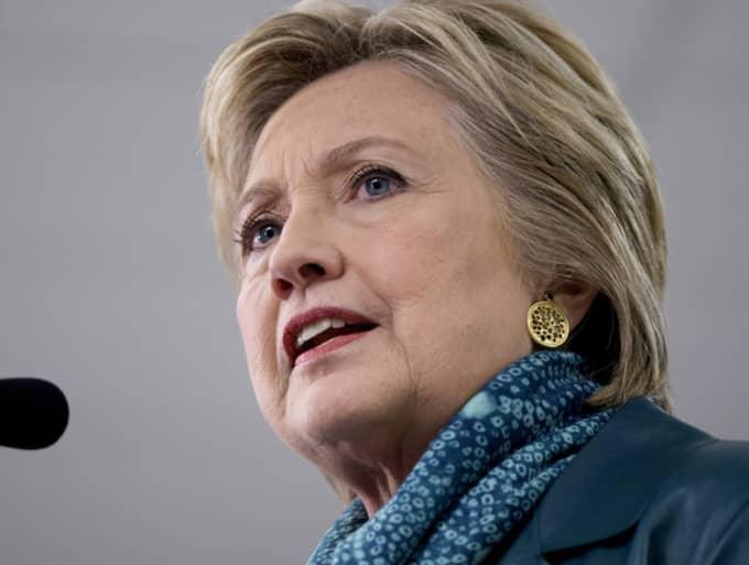 """Hans potentiella motståndare i en eventuell kamp om presidentposten, Hillary Clinton, uttryckte sig under tisdagen mer diplomatiskt. """"Vi måste arbeta med detta på ett sätt som speglar våra värderingar."""" Foto: Carolyn Kaster / AP TT NYHETSBYRÅN"""
