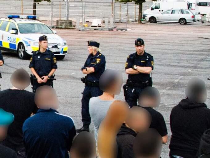 Här är en bild från början av augusti då GT skrev om hur ett flertal polispatruller fick rycka ut efter att ett 60-tal bilar med ungdomar hade samlats i Åby för att köra bort asfaltläggarna. Foto: Robin Aron