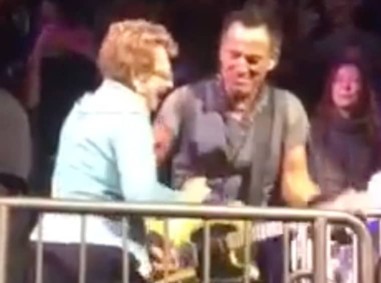 Bruce Springsteen hoppade upp i publiken och tog en dans med sin mamma under en konsert i New York.