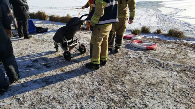 """""""Barnvagnen höll på att sjunka och pappan var ganska trött där. Men han fick tag på sin lilla flicka i sovpåsen som barnet låg och sov i. Och så fick han upp barnet och sovpåsen till mig på iskanten där, så hon blev aldrig blöt"""", säger Jesper Johansson. Foto: Mikael Nilsson"""