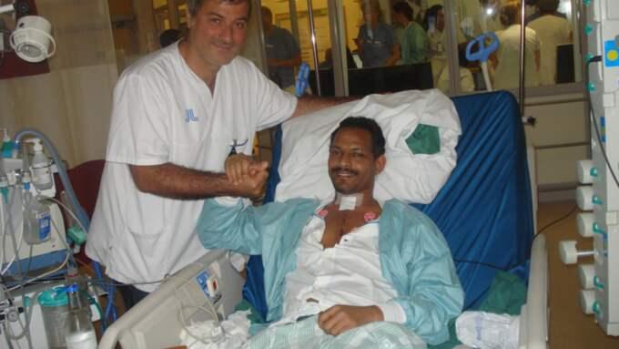"""Patienterna dog. Paolo Macchiarini, här tillsammans med Andemariam Teklesenbet Beyene - en av de patienter som dött efter hans skandalomsusade operationsmetoder. Bilden kommer från SVT:s dokumentär """"Experimenten"""". Foto: SVT"""