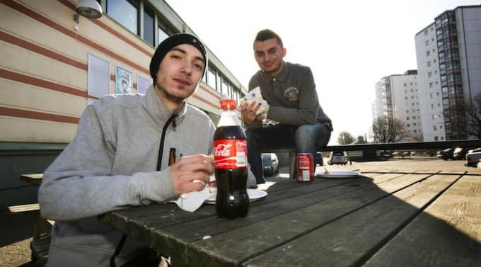 SOL OCH KEBAB. Kreshnik Belaj, 20, och Egzon Qoraj, 19, uppskattar båda delarna. Foto: Jan Wiriden