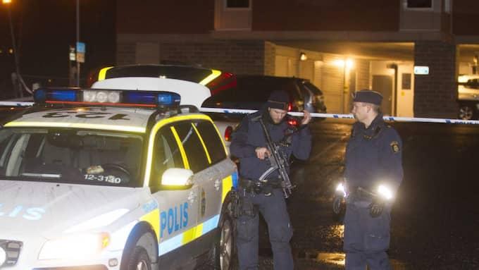 Polis bevakade polisstationen i Skellefteå dit Moder Mothanna Magid tidigare fördes. Foto: Roger C Åström