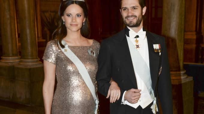 Sofia var kvällen till ära klädd i en klänning i guld och paljetter. En klänning som väninnan bar på hennes bröllop. Foto: Fredrik Sandberg/Tt