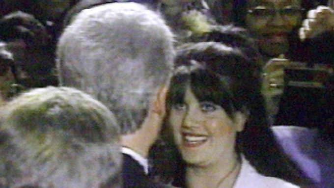 Clinton (med ryggen till) syns med Monica Lewinsky som då var praktikant i Vita huset. Foto: Sky News