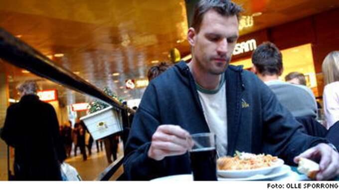 Bengt Axelsson äter lunch - och betalar skatt...