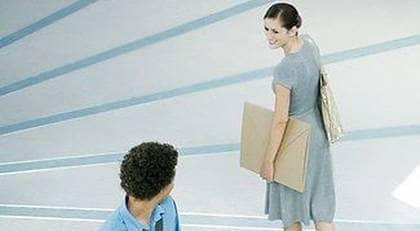 Är det så att hon är lite intresserad? Ett leende och en nick kan ge dig en positiv föraning. Foto: Colourbox.com