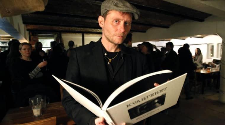 """FÄRSK FOTOBOK. Inte förrän tre timmar före boksläppet hade Niclas Tilosius sin fotobok i handen. """"Det var lite panik där ett tag"""", skrattar han. Foto: Ronny Johannesson"""