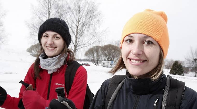 """Hanna Stjernqvist och systern Annika Stjernqvist ska åka Kortvasan för första gången - och vädret ser ut att skapa fina skidförhållanden. """" Det sägs att det ska vara sol och milt. Det blir perfekt"""", säger Hanna Stjernqvist. Foto: Henrik Hansson"""