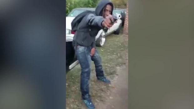 Korkat: Gänget poserar med vapen i video på Facebook