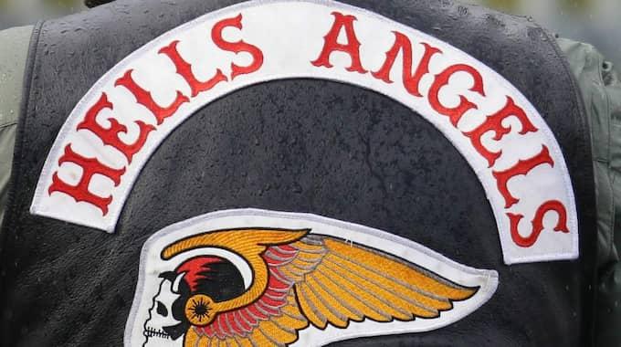 Enligt polisen är den snaggade mannen den 26-årige medlem i Hells Angels undergruppering Red & White Crew som misstänks för medhjälp till mordet på Anton den 27 augusti förra året. Foto: Getty Images
