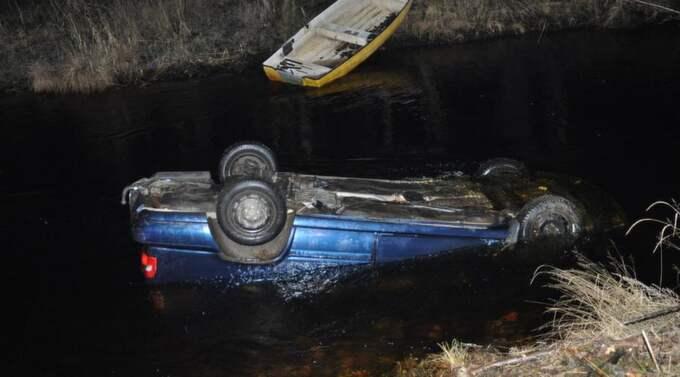 Två män såg hur bilen körde av vägen och hoppade ner i det kalla och strömmande vattnet. Foto: Magnus Sjödin